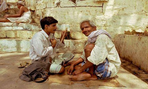 Zdjęcie INDIE / brak / Varanasi / uliczny golibroda