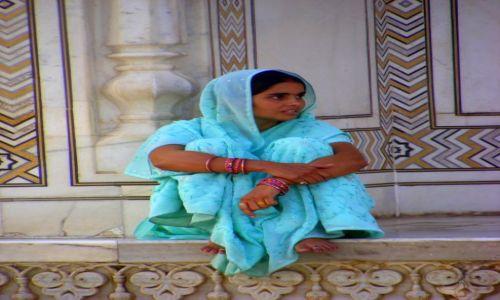 Zdjęcie INDIE / brak / Agra / tylko sobie przycupnieta na Taj Mahalu