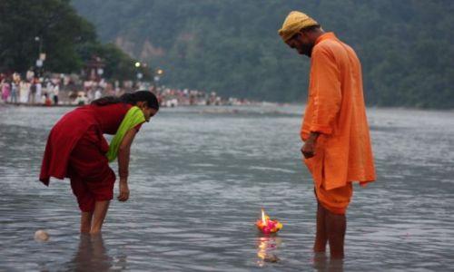 Zdjęcie INDIE / Uttarakhand / Rishikesh, Triveni Ghat / Podczas ceremonii Ganga Aarti