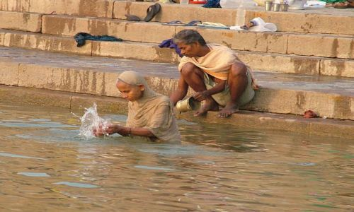Zdjecie INDIE / brak / Waranasi - Gathy nad Gangesem / Poranne oblucje