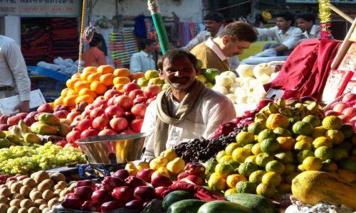 Zdjecie INDIE / Delhi / Delhi / Sprzedawca owoc