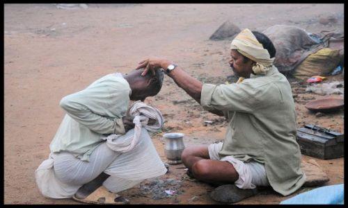 Zdjecie INDIE / Madhya Pradesh / Khajuraho / u fryzjera