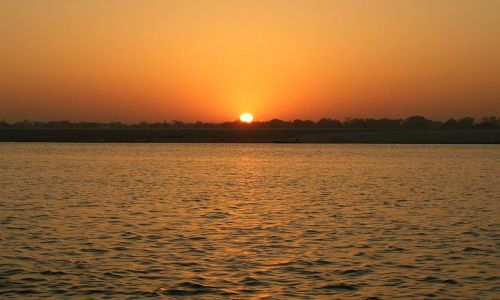 INDIE / Uttar pradesh / Waranasi / Wschód słonca nad Gangesem