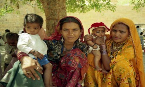 Zdjęcie INDIE / Rajasthan / Jaisalmer / dzieci - największy powód dumy hinduskich kobiet