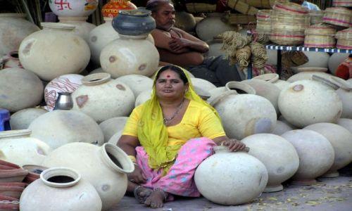 INDIE / Rajastan / Jodpur / sprzedawczyni dzbanów