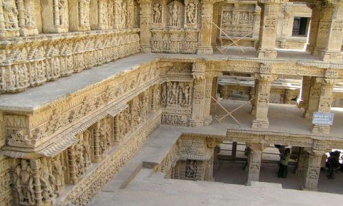 Zdjęcie INDIE / Gujarat / okolice Mehsany / kilkupiętrowa studnia z XI w.