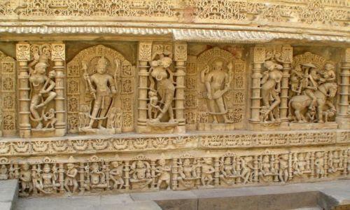 Zdjęcie INDIE / Gujarat / okolice Mehsany / rzeźby na ścianach studni