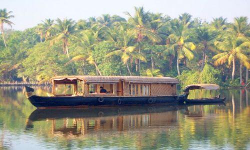 Zdjęcie INDIE / -Kerala / kanały między Kochin a Alapuzzha / taką łodzią pływaliśmy po kanałach