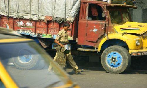 Zdjęcie INDIE / Chanai / Chanai / Policjant po akcji