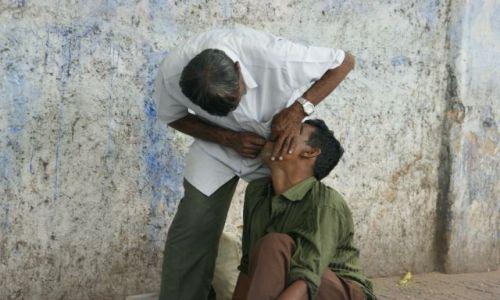 Zdjecie INDIE / Indore / Indore / Uliczny dentysta