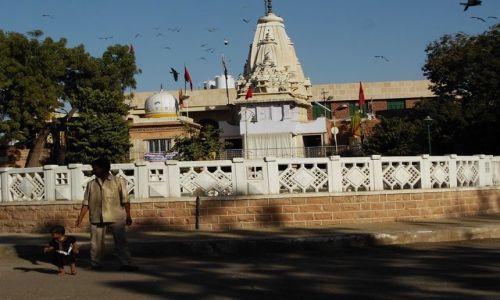 INDIE / Rajasthan / Jodhpur / w tle świątynia