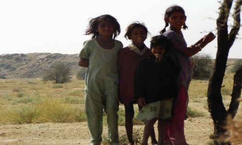 INDIE / Rajasthan / Jaisalmer - pustynia Thar / dzieci pustyni,nie wiadomo skąd.....?