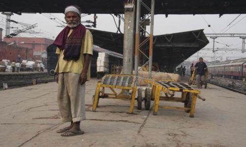 Zdjęcie INDIE / Dehli / Old dehli Railway station / porter