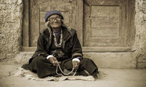 Zdjęcie INDIE / Ladakh / Lamayuru / Kobieta z Lamayuru