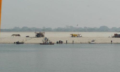 INDIE / Uttar Pradesh / Varanasi / przeciwległy brzeg Gangesu