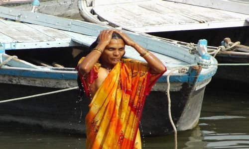 INDIE / Uttar Pradesh / Varanasi / namoczenie
