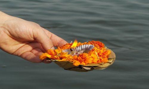 INDIE / Uttar Pradesh / Varanasi / światełko Gangesu