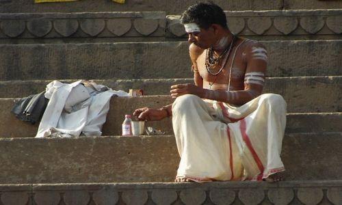 INDIE / Uttar Pradesh / Varanasi / pielgrzym