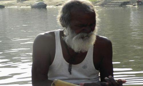 INDIE / Uttar Pradesh / Varanasi / nasz kapitan, sternik i wioślarz zarazem