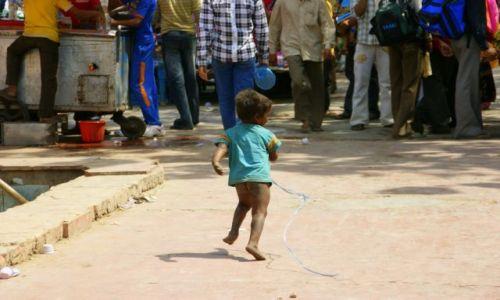 Zdjecie INDIE / Delhi / Delhi / Biegiem  w  życie