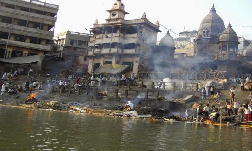 INDIE / Uttar Pradesh / Varanasi / święte miejsce spoczynku