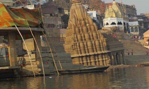 INDIE / Uttar Pradesh / Varanasi / rzeka zabiera..