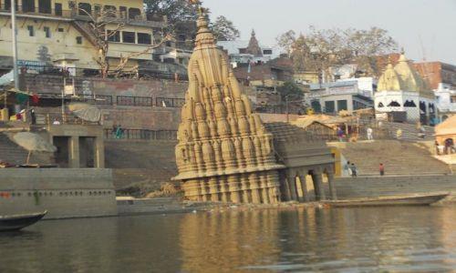 INDIE / Uttar Pradesh / Varanasi / krzywa świątynia nad Gangesem