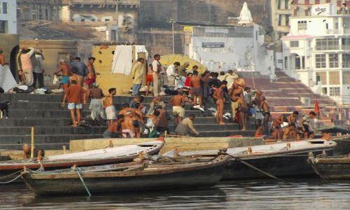 INDIE / Uttar Pradesh / Varanasi / obok religijna kąpiel