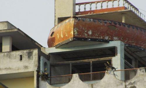 INDIE / Uttar Pradesh / Varanasi / łódź na dachu