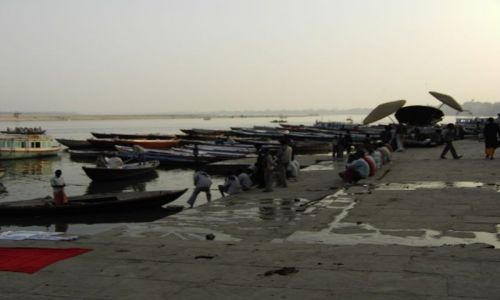 INDIE / Uttar Pradesh / Varanasi / wieczorową porą