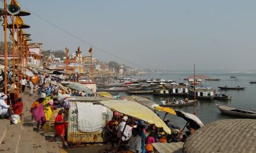 INDIE / Uttar Pradesh / Varanasi / poranny tłok nad rzeką