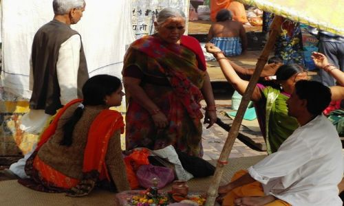 INDIE / Uttar Pradesh / Varanasi / sprzedawca darów