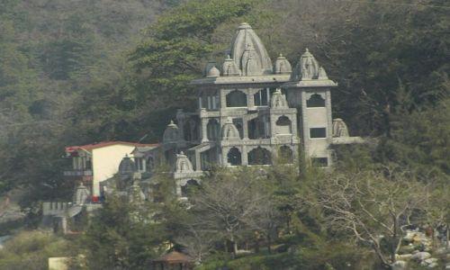 INDIE / Uttaranchal / Rishikesh / schowane w lesie