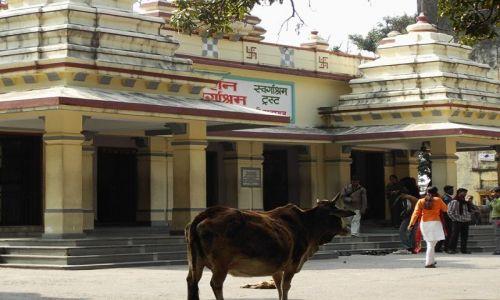 INDIE / Uttaranchal / Rishikesh / przed świątynią