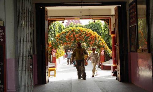 INDIE / Uttaranchal / Rishikesh / U wejścia do Ashramów
