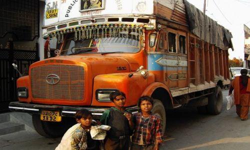 Zdjecie INDIE / Uttaranchal / Rishikesh / kolorowy transport