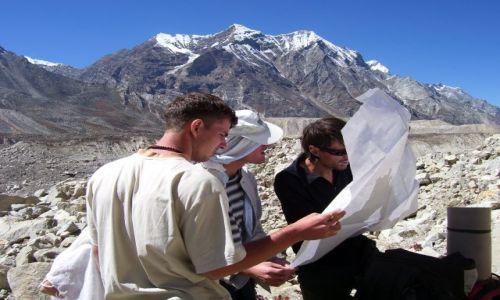 Zdjęcie INDIE / Uttarakhand / Himalaje/Gaumukh / Polak, Niemiec i Rusek... czytają mapę