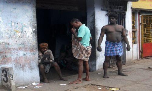 Zdjęcie INDIE / Tamil Nadu / Chennai (Madras) / ... trzej mężczyźni...