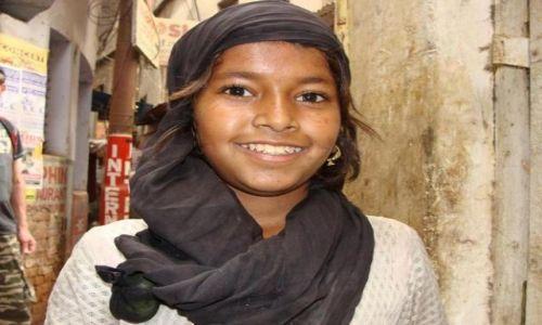 Zdjecie INDIE / Varanasi / Varanasi / dziewczynka