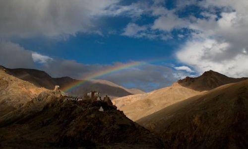 Zdjecie INDIE / Ladakh / wioska Rumtse / Tęcza nad świątynia
