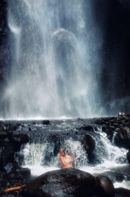 Zdjęcia: wodospad Les, Bali, pod wodospadem, INDONEZJA