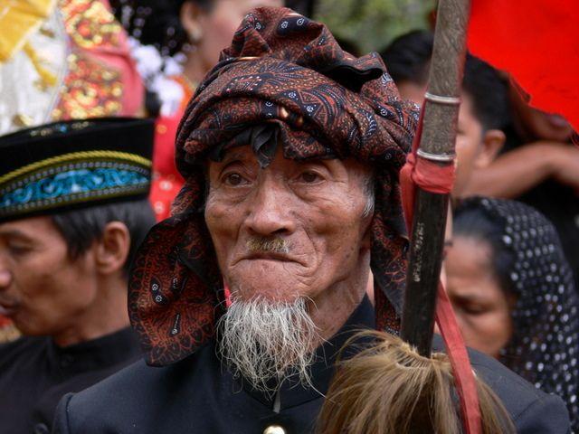 Zdjęcia: Tana-toraja, Celebes, Kapelusze-Mistrz Ceremoni Pogrzebowej, INDONEZJA