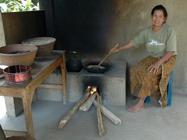 Zdjęcia: Ubud, Bali, Przygotowanie kawy, INDONEZJA