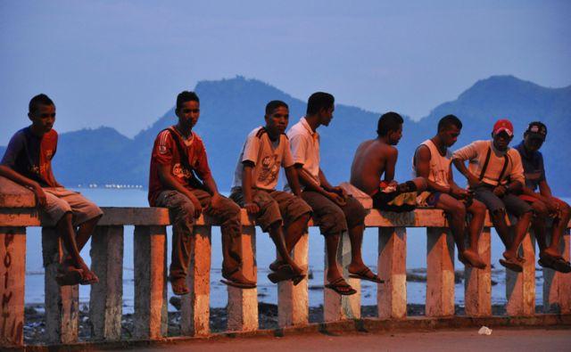 Zdjęcia: Dili, Demokratyczna Republika Timor Leste, mężczyźni na bulwarze nadmorskim w Dili, INDONEZJA