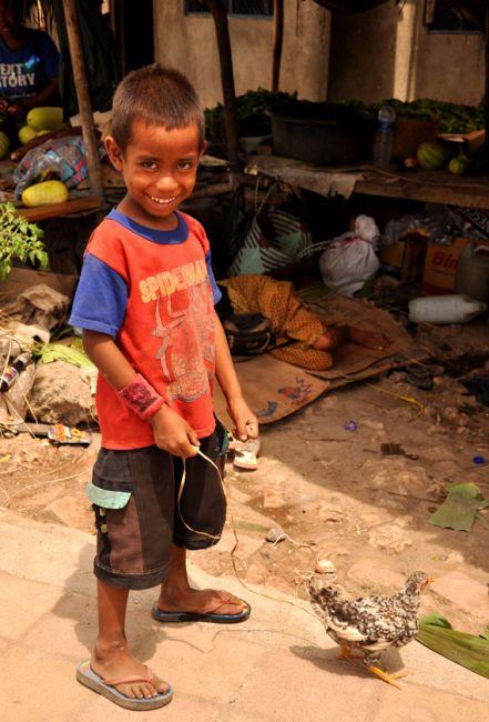 Zdjęcia: Baucau, Demokratyczna Republika Timor Leste, Chłopiec z kogucikiem, INDONEZJA