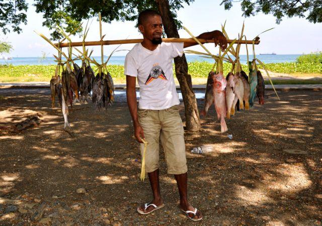 Zdjęcia: Dili, Demokratyczna Republika Timor Leste, Pan z Rybami 1, INDONEZJA