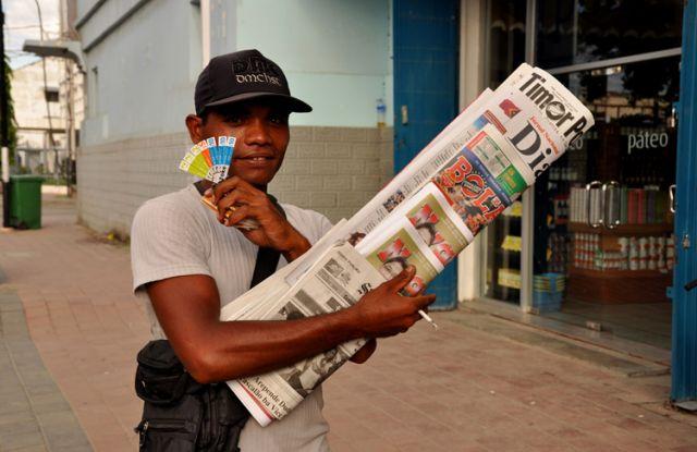 Zdjęcia: Dili, Demokratyczna Republika Timor Leste, Pan z gazetami 2, INDONEZJA