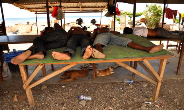 Zdjęcia: Dili, Demokratyczna Republika Timor Leste, Rybacy odpoczywający po pracy , INDONEZJA