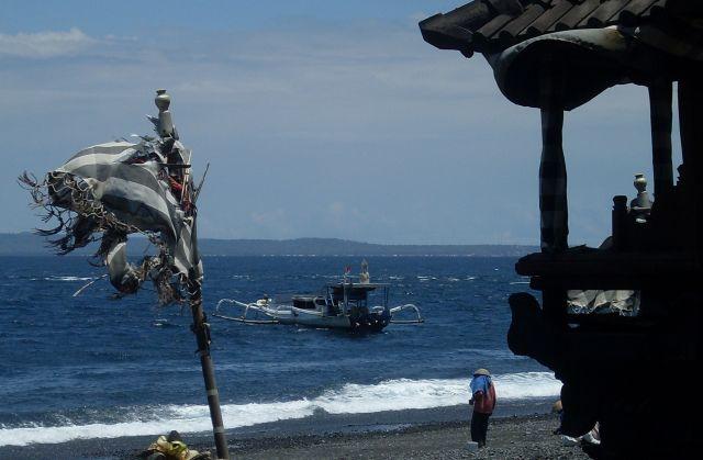 Zdjęcia: Kusamba-Candidasa, Bali, ... zbieracz kamieni ..., INDONEZJA