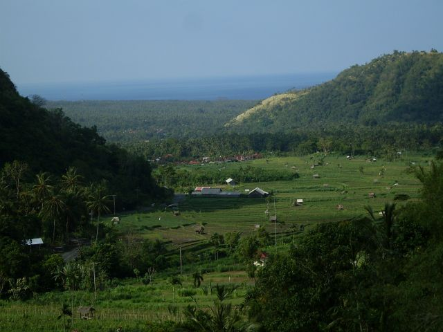 Zdjęcia: okolice Gn. Seraya ( na pn-wsch. za Amlapurą ), Bali, ... przesmyk na wschodnie wybrzeże..., INDONEZJA
